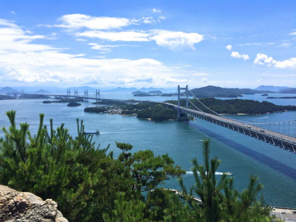瀬戸内海の景色。瀬戸大橋と多島美