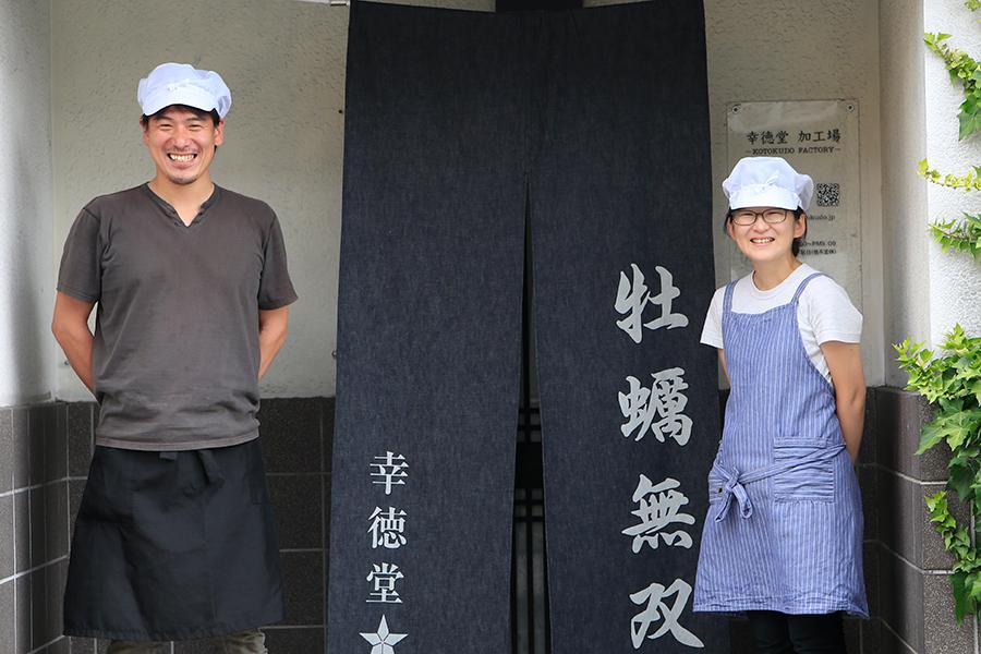 『牡蠣無双』を作る幸徳堂の杉原五郎さん