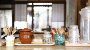 『ゲストハウス&カフェ有鄰庵』朝の土間の光景