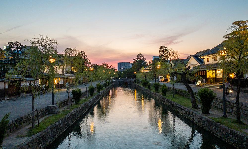 倉敷美観地区の夕暮れマジックアワーの町並み