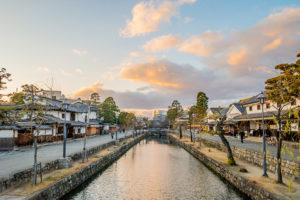倉敷美観地区の町並み、夕焼けと雲