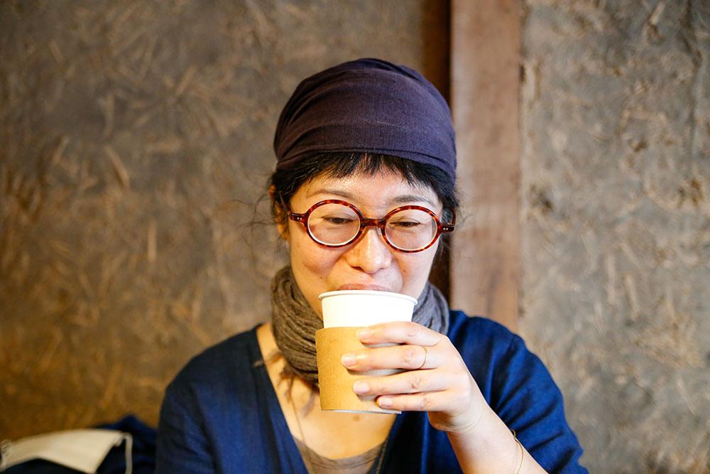 コーヒーを飲む株式会社行雲美観堂アルバイト・石川優子(いしこさん)