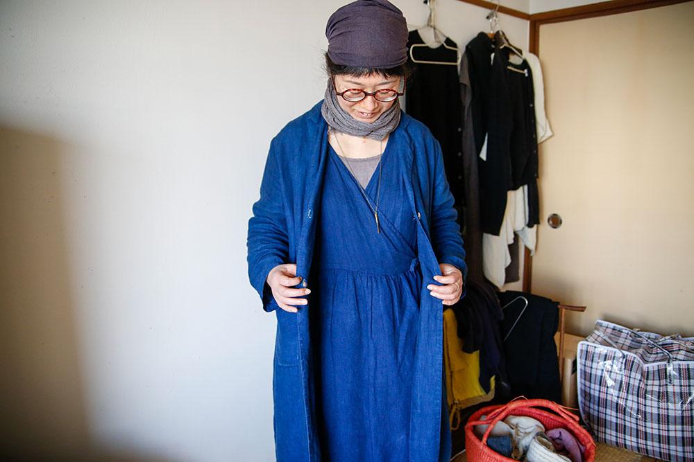 服の説明をする株式会社行雲美観堂アルバイト・石川優子(いしこさん)